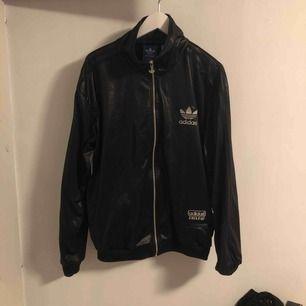 Adidas hoodie äkta !! strl L köptes för 1000kr