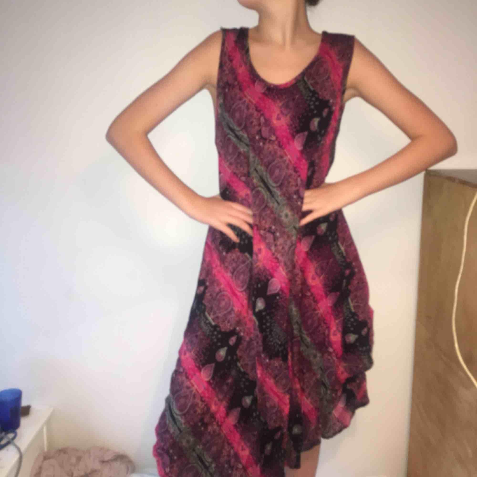 Bohemisk klänning från Thailand som ej kommit till användning. Storlek är inte angivet men skulle säga kanske L. Den är luftig och riktigt skön. Klänningar.