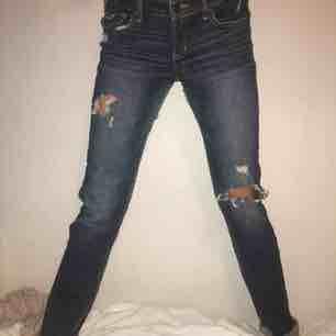 Snygga jeans från Hollister med slitningar Skriv för fler bilder/frågor. Jeans & Byxor.