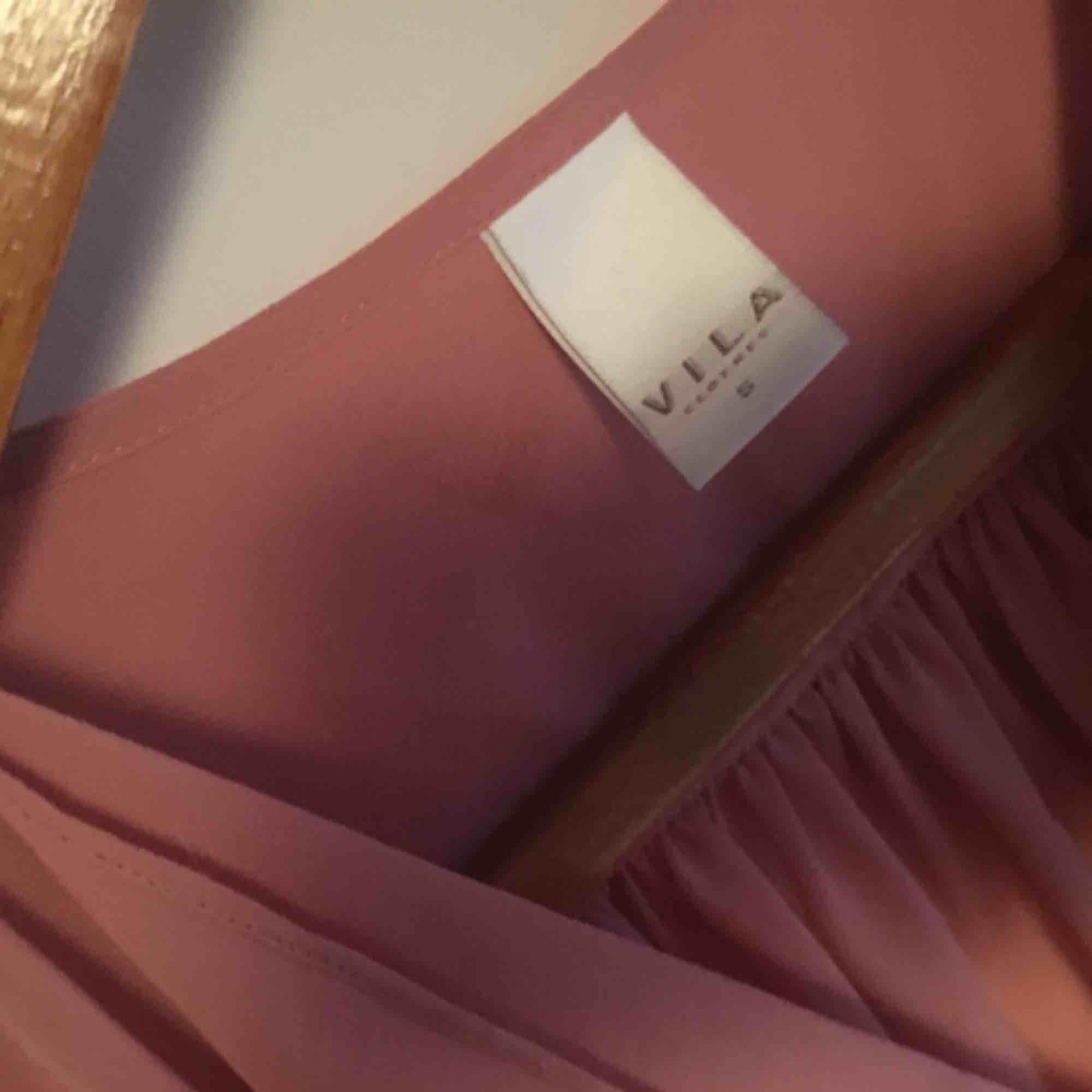 Rosa blus från Vila storlek S, aningen genomskinlig men mycket fin. Har små silverknappar på axlarna.. Blusar.