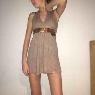 Brun vacker klänning med trädetaljer, sitter mycket vackert på men har blivit lite kort för mig som har M. Ryggen är bar och tyget är mjukt
