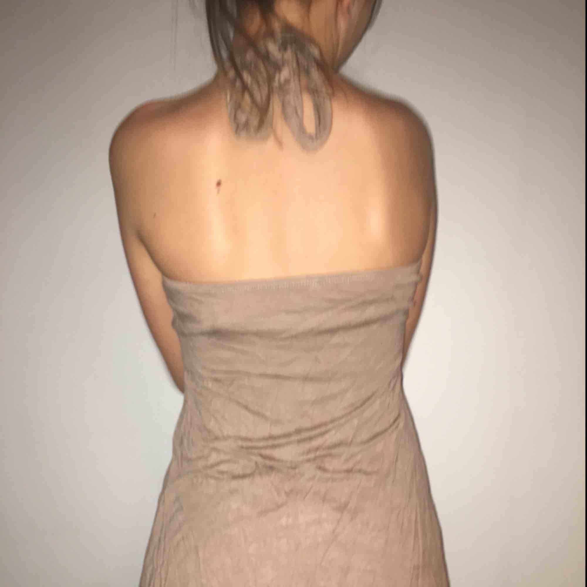 Brun vacker klänning med trädetaljer, sitter mycket vackert på men har blivit lite kort för mig som har M. Ryggen är bar och tyget är mjukt . Klänningar.