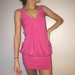 Rosa klänning från PROGRESS som sitter bekvämt och ser supersnygg ut på. Den har dock bara kommit till användning endast en gång. Storlek står ej på men skulle uppskatta den till S