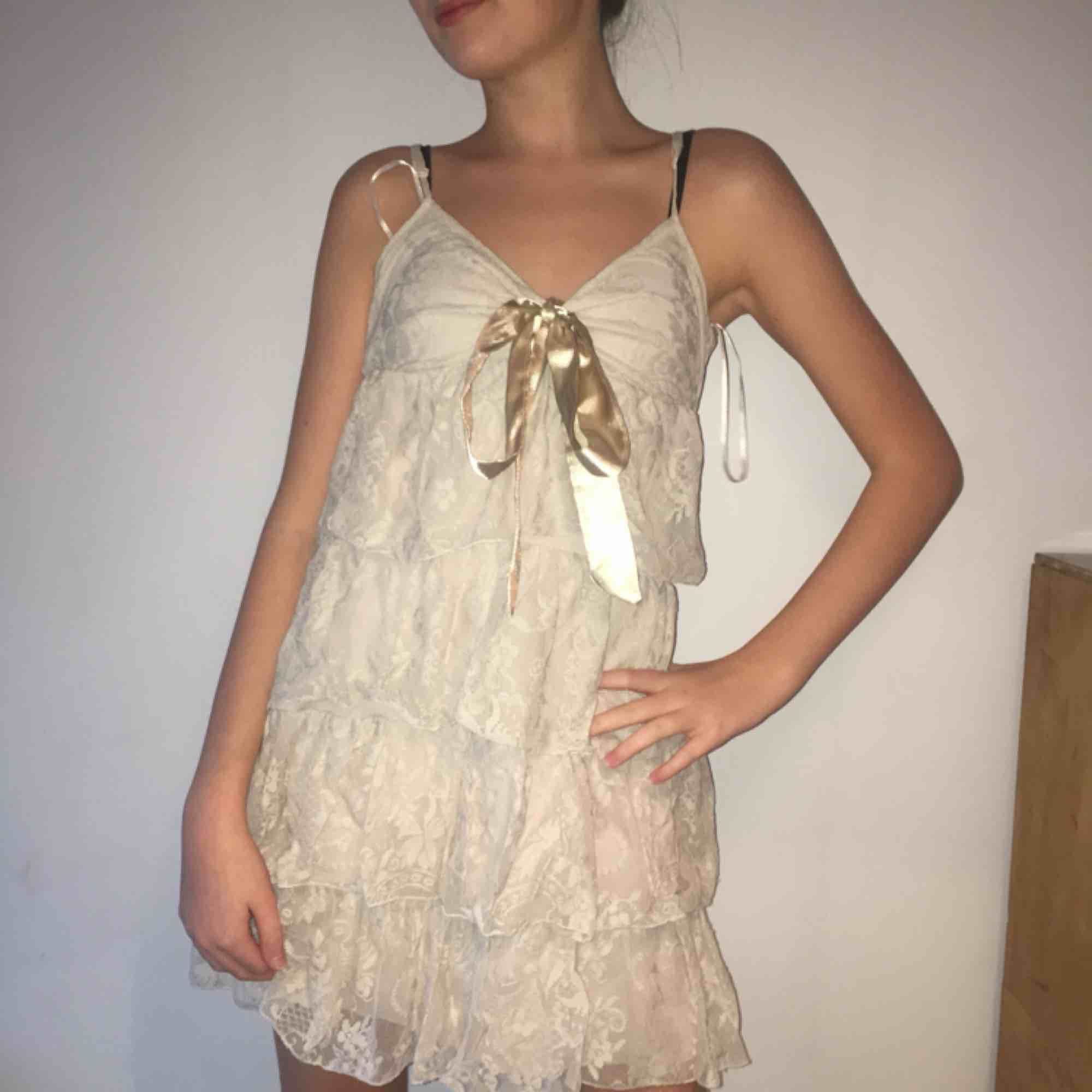 Beige-aktig spetsklänning från Gina Tricot använd 1 gång. Supergullig på och materialet är skönt. Klänningar.