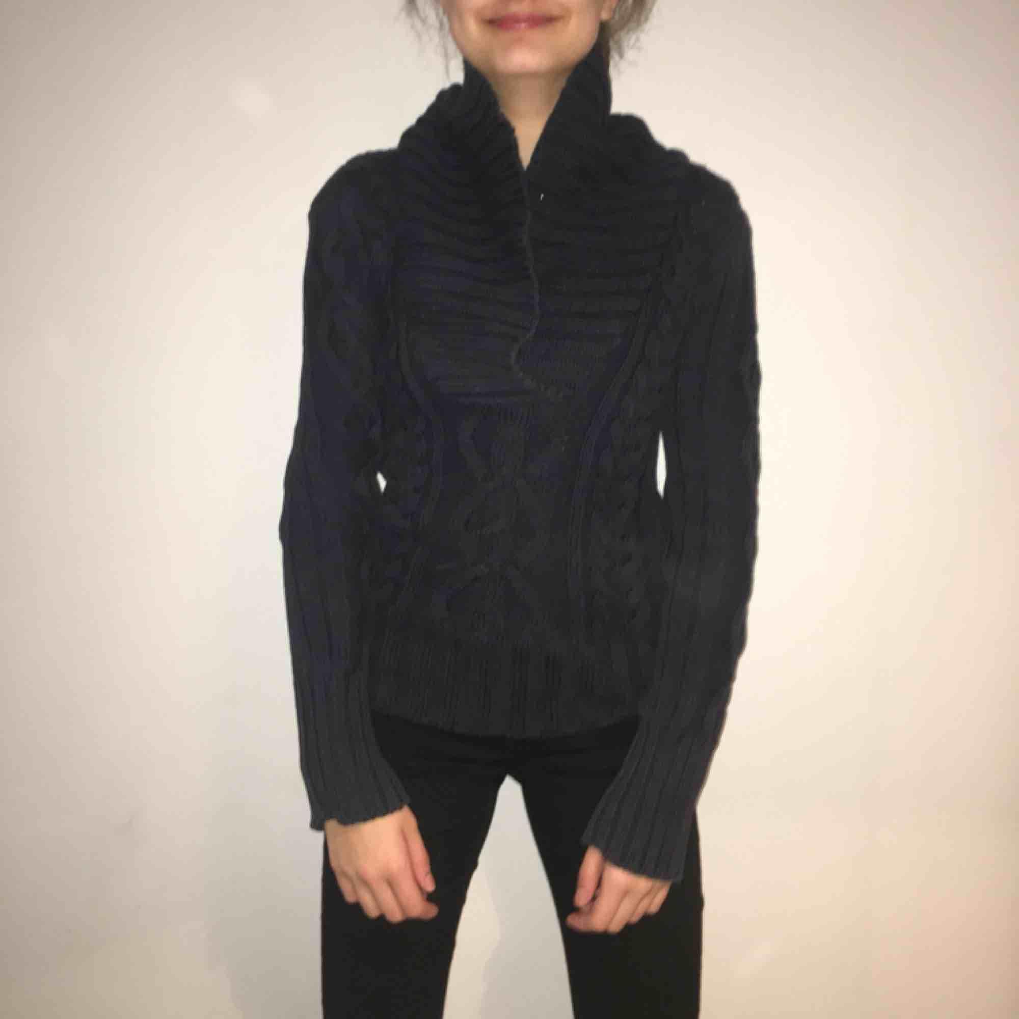 Mörkblå virkad tröja från H&M, sitter mysigt på och är varm. Knappt använd . Tröjor & Koftor.