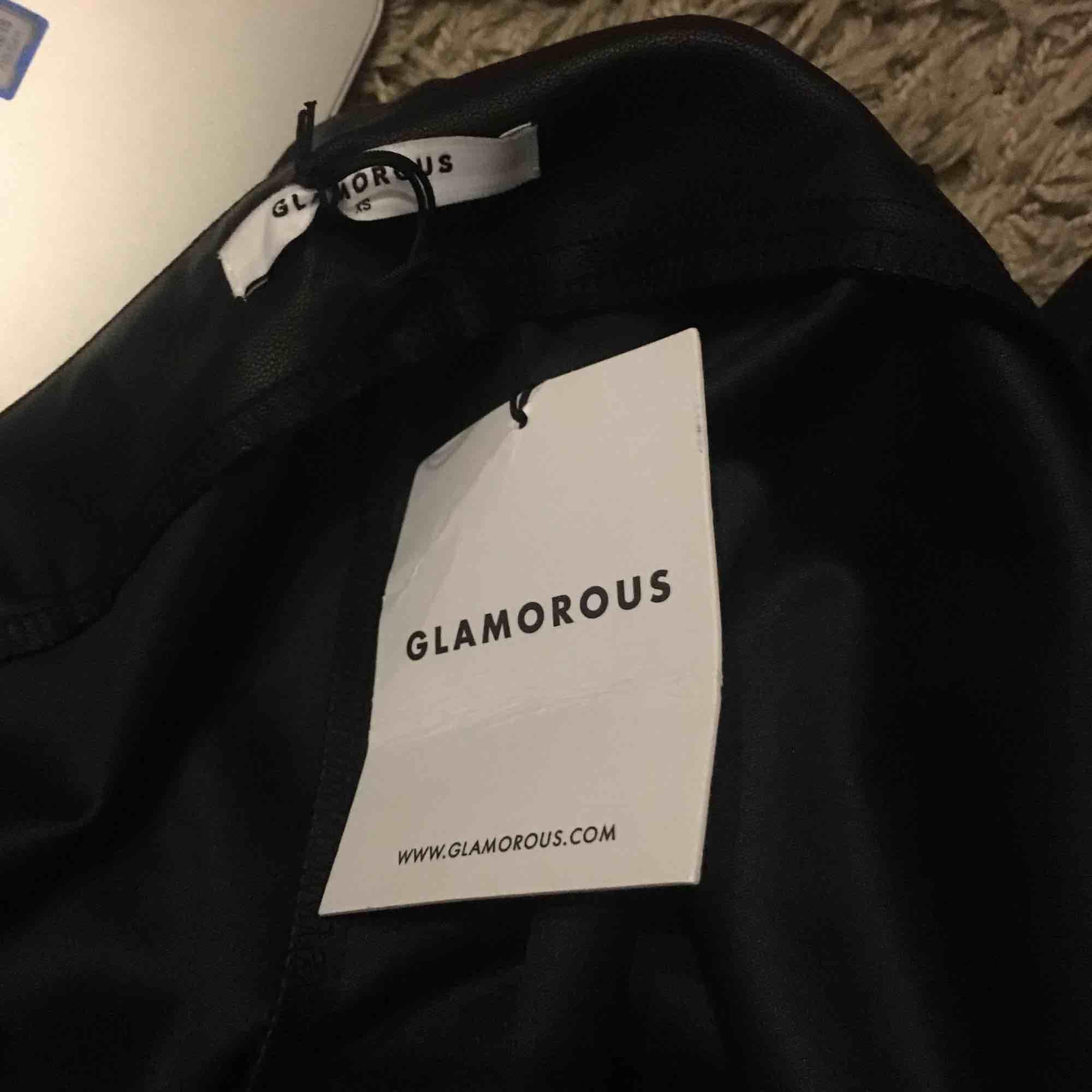 Helt nya läderbyxor från Glamorous, sitter snygg och tight på. Aldrig använda då dom var för små för mig.. Jeans & Byxor.