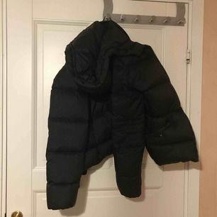 Jättefin Gant jacka som ser ut som ny. Inget fel på den förutom att det är ett litet hål vid slutet av ena armen, men det är knappt märkbart. Sitter jättefin och kan justeras i midjan. Kan diskutera pris