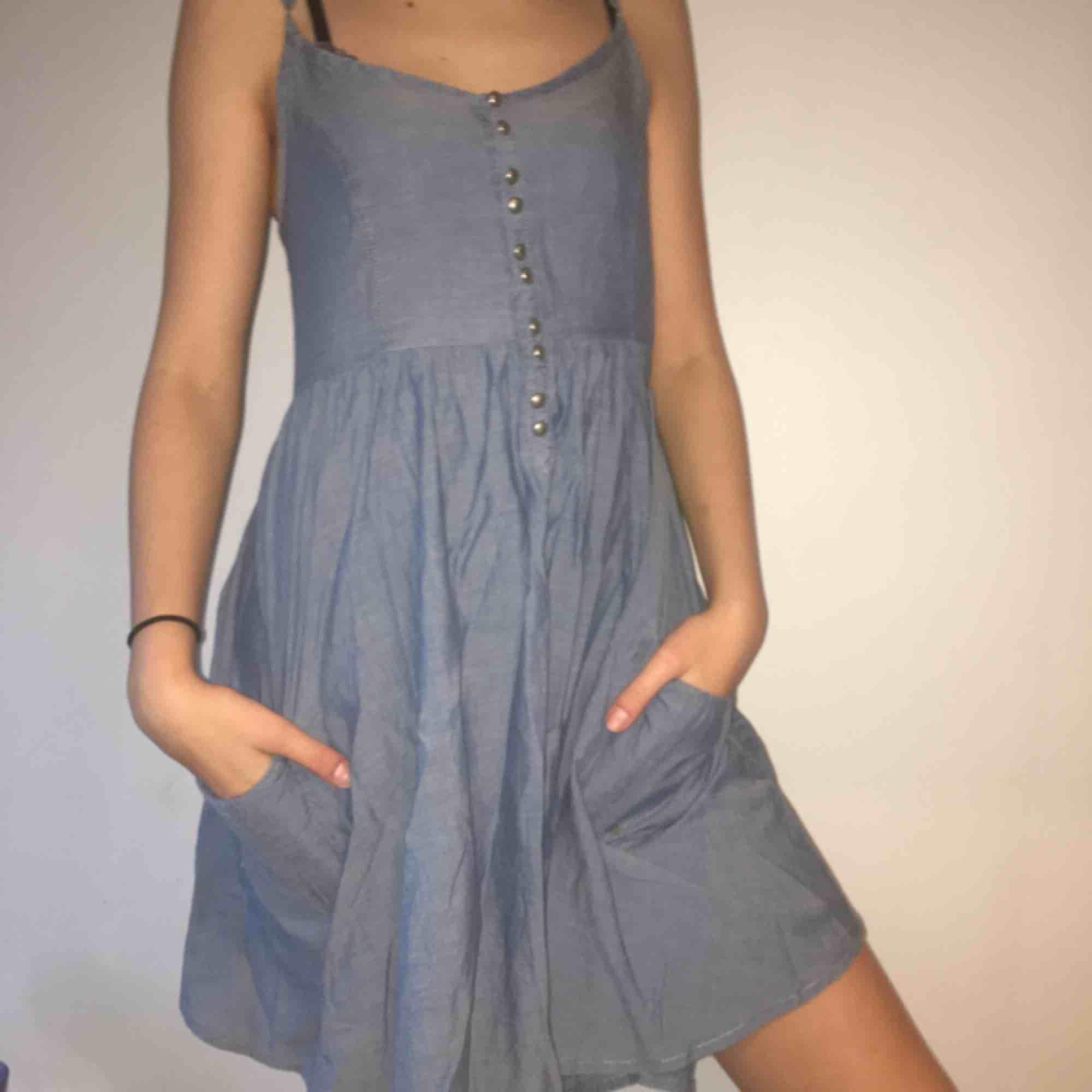 Fin jeansklänning från &dress med fina silverknappar och fickor. Jätteskön att ha på sig och är luftig. Klänningar.