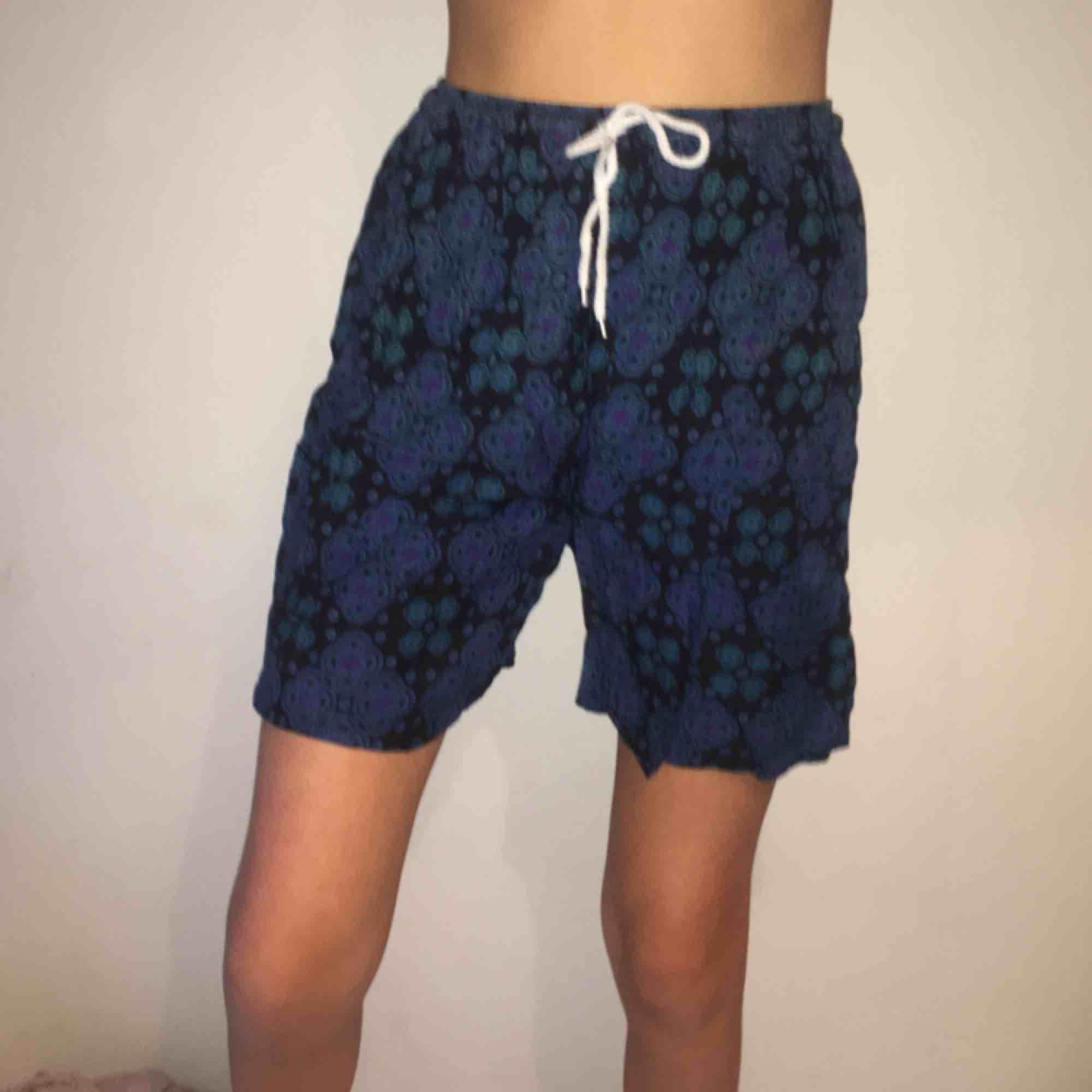 Sköna luftiga sommarshorts med bohemiskt mönster. Köpta utomlands så vet ej märke och storlek är inte angivet men skulle säga ungefär M. Shorts.