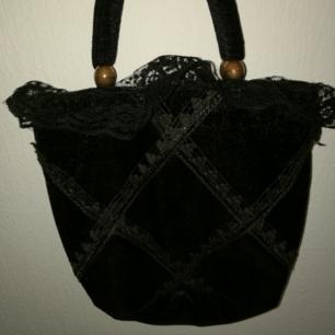 Säljer en svart liten väska för 10 kr. Vid intresse,skriv
