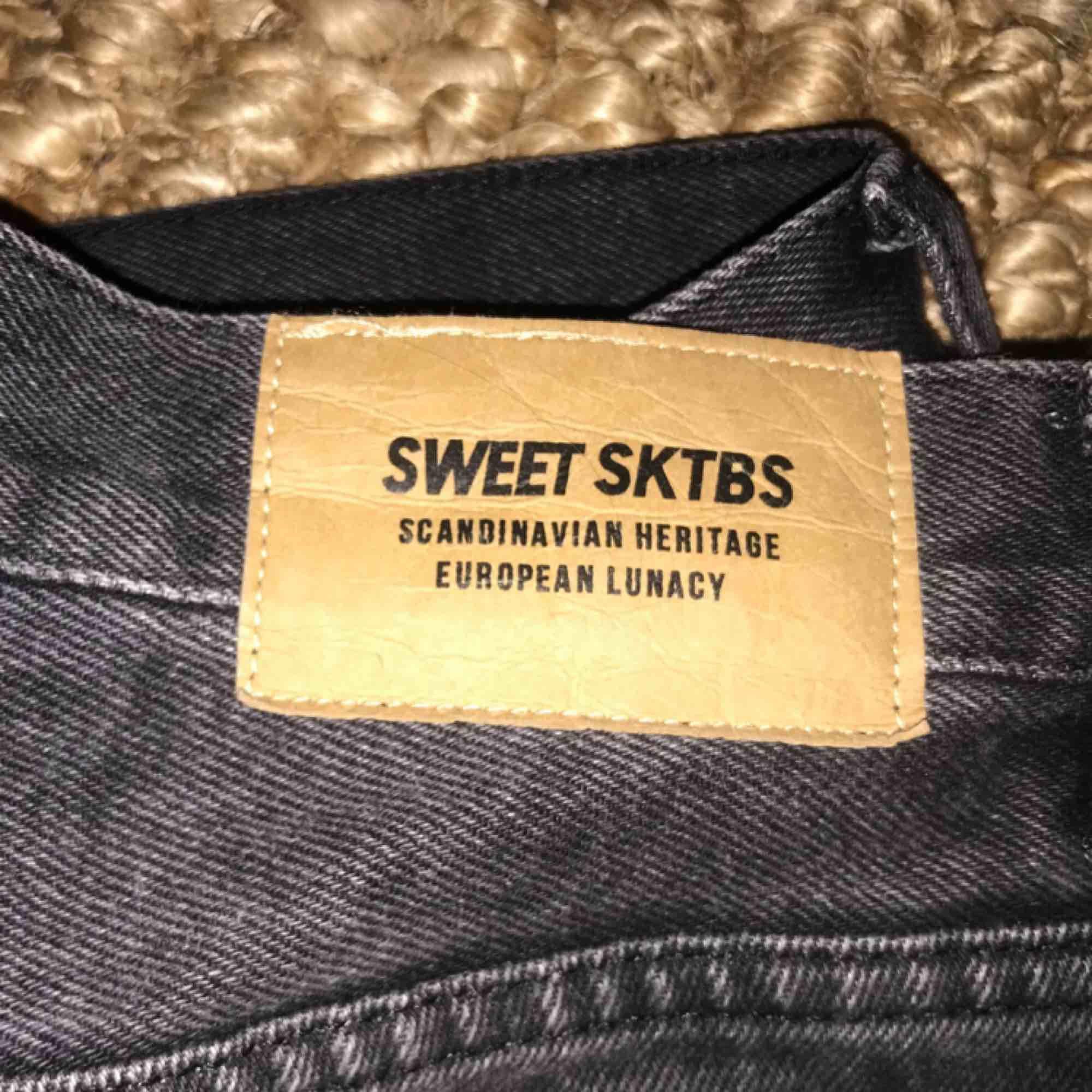 Jeans, SWEET SKTBS, från junkyard. Black washed finish. Femficksmodell. Säljes pga för stora, annars jättefina. Nästan aldrig använda! Frakt ingår i priset. Originalpris 599kr. Jag är 175cm lång.. Jeans & Byxor.