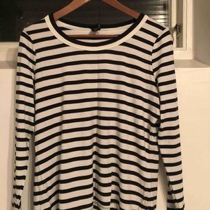 Långärmad randig tröja. Passar på mig som har storlek S/M. Något kort i ärm för mig då jag är 178.! Köpare står för frakt!