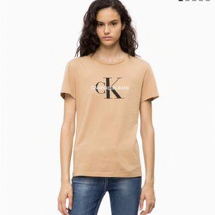 Säljer min Calvin Klein t shirt då jag inte använder den:/ Använd fåtal gånger, Färg: Beige. Kan mötas upp i Karlskrona eller fraktas då köparen står för frakten. (Swish)