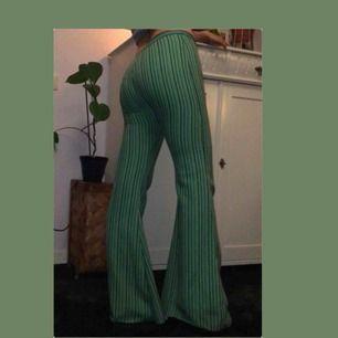 Säljer nu de typ finaste byxor jag äger pga att jag har insett att de tyvärr är för små för mig :((( Köpta på Humana för en månad sen och de är så gott som oanvända! Är 164cm lång men står på tå på bilden pga byxorna är för långa för mig 💚Fri frakt!