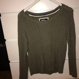Grön stickad tröja från bondelid. Säljer på grund av att jag inte använder den längre. Tröjan är i M men passar även en S. Möts upp i Karlskrona eller fraktas då köparen står för frakten. Skriv för mer info:) (swishbetalning)