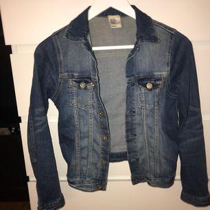 En jeansjacka från H&M. Säljer pga för liten:/ passar en mindre XS. Tycker själv att den sitter snyggt på, och är i hyfsat skick. Möts upp i Karlskrona eller fraktas då köpare står för frakten. (Swishbetalning)