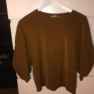 """Lite """"puffig"""" tröja/topp från zara. Använd endast 1 gång. Går lite längre än en t-shirt, lite under armbågen. (Puffärmar) möts upp i Karlskrona eller fraktas då köparen står för frakten. (Swishbetalning)"""