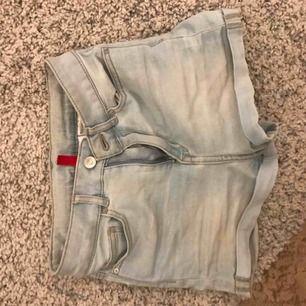 Världens skönaste jeans short ifrån hm! Säljer pga garderobsrensning, hör av dig om du har frågor eller önskar fler bilder!