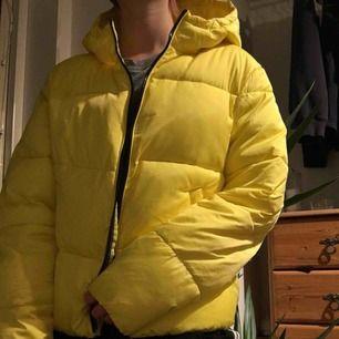 gul puffer jacket med svart dragkedja. köptes in tidigare i höst men har nu skaffat en annan. använd i kanske 3 veckor och funkar bra på mig som vanligtvis är en s, men passar nog en vanlig m också.🌻frakt 59kr