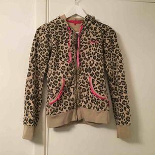 Luvtröja från 10feet storlek S Fint skick med rosa detaljer samt leopard print. Nypris: 1000kr