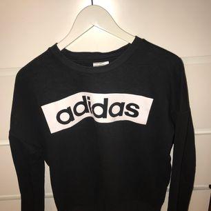 Svart adidas sweatshirt. Säljer då den inte används längre. Den är i ett hyfsat skick. Fungerar till vardags samt träning:) Jag står för frakten. Möts upp i Karlskrona eller fraktas.(Swishbetalning)