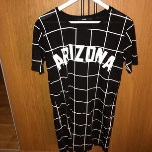 En rak klänning med trycket Arizona på från bik bok. Köpt för 2 år sedan kanske, men är knappt använd. Skit snygg att ha på sommaren tillsammans med ett par sneakers!😍 möts upp i Karlskrona eller fraktas då köparen står för frakten. (Swishbetalning)