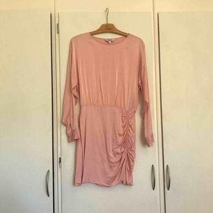 Fin silkesklänning från & Other Stories, storlek 38 (US8). Använd en gång.  Väldigt skön och mycket snygg rosa färg. Passar perfekt till sommaren och vintern, går att ha med ett par svarta tights (funkar faktiskt, har provat ;))