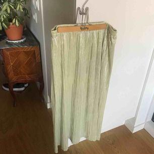 En guldig glittrande kjol från Baum und Pfergarten som går under knäna med resårmidja. 3 för 2 på allt jag lägger upp!
