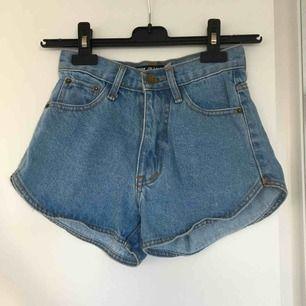 Ett par jeansshorts! Rätt små i storleken. Köpta här på Plick men var lite för små för mig!🌸 jag tycker annars att de är jättefina och söta!🦁 fraktar men köparen står för frakten🌻
