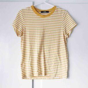 Gul och vit randig t-shirt från Bik Bok. Använd några fåtal gånger. Frakt tillkommer. Betalning med swish