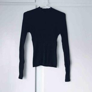 Svart ribbad tröja från Gina Tricot. Använd några fåtal gånger. Frakt tillkommer. Betalning med swish