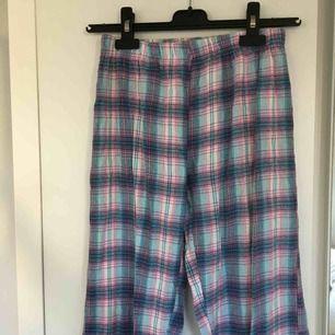 Jääääättesköna pyjamasbyxor!!🤸🏼♀️ de har tyvärr blivit för små för mig! Söta och mysiga att bara ha hemma och mysa i!☺️ köparen står för frakt🍻
