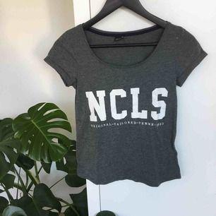 En tajt tshirt från Gina som jag tyvärr tröttnat på! Bra basplagg och passar till allt!🌻 köparen står för frakt