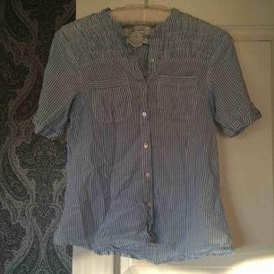 Söt blåvit-randig blus/skjorta. Jag bjuder på frakten 💌