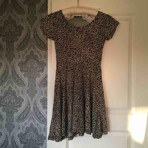 Superfin klänning köpt här på Plick men som visade sig vara för liten. Den är kort så skulle säga att den passar storlek XS som bäst! Den har rosett och är genomskinlig med prickar på baksidan och materialet är MJUUKT. Jag bjuder på frakten 🐆