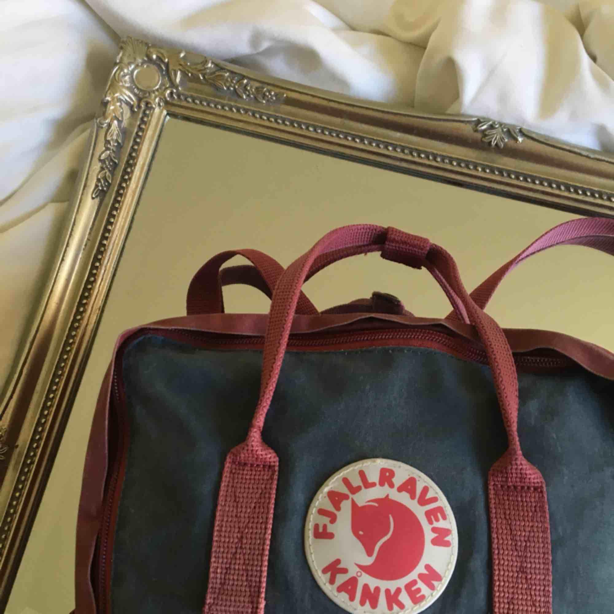 en klassisk kånken-ryggsäck från fjällräven i marinblått och mörkrött! färgen är lite sliten men den är hel och ren och i fint skick annars :-) köparen står för frakten!. Väskor.