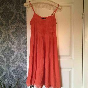 Korall/orangefärgad klänning som inte längre kommer till användning. Underbar att dansa omkring i om somrarna🍑🍊