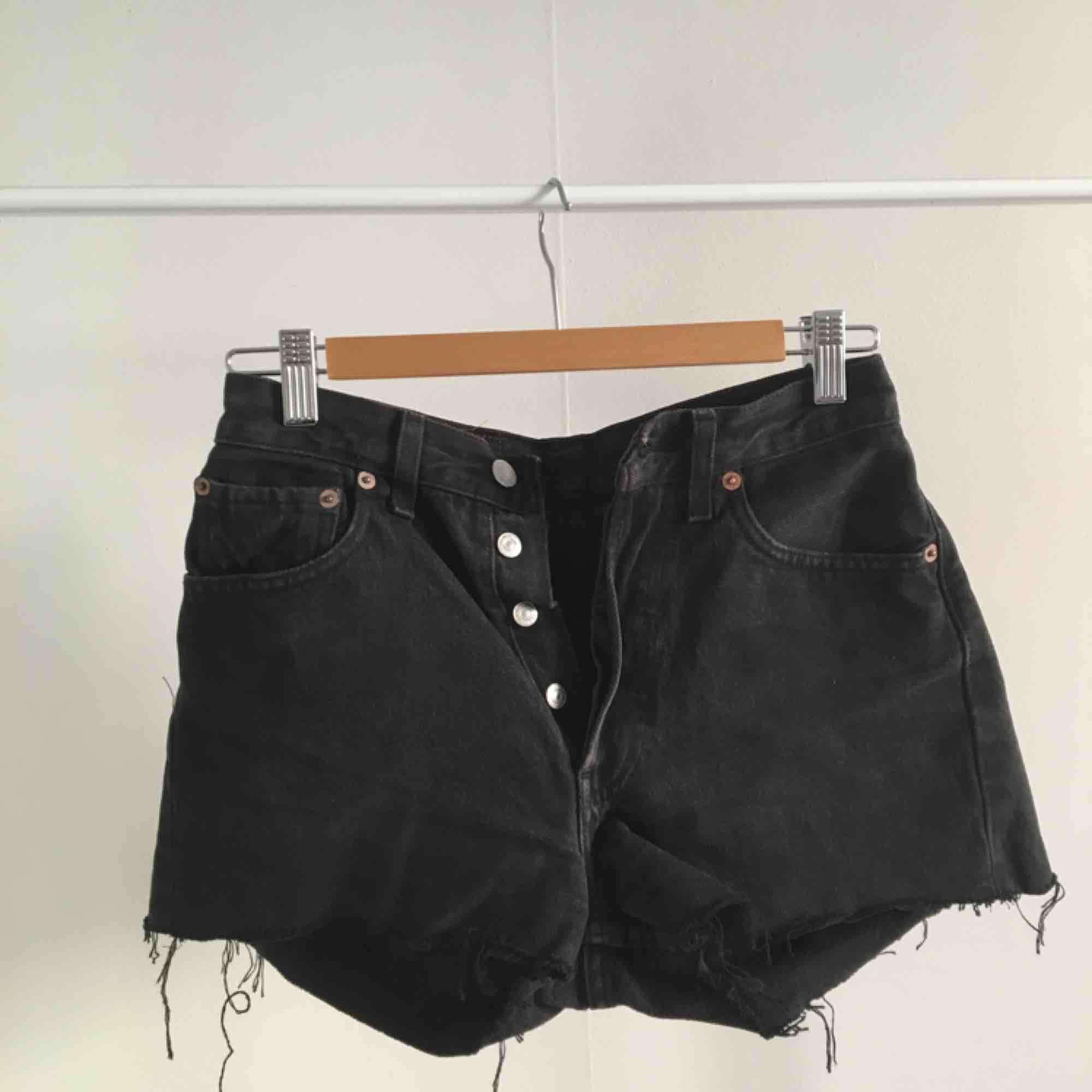 svarta levi's shorts!! passar på en individ med storlek XS-S ❤️köparen står för frakt❤️. Shorts.