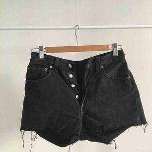 svarta levi's shorts!! passar på en individ med storlek XS-S ❤️köparen står för frakt❤️