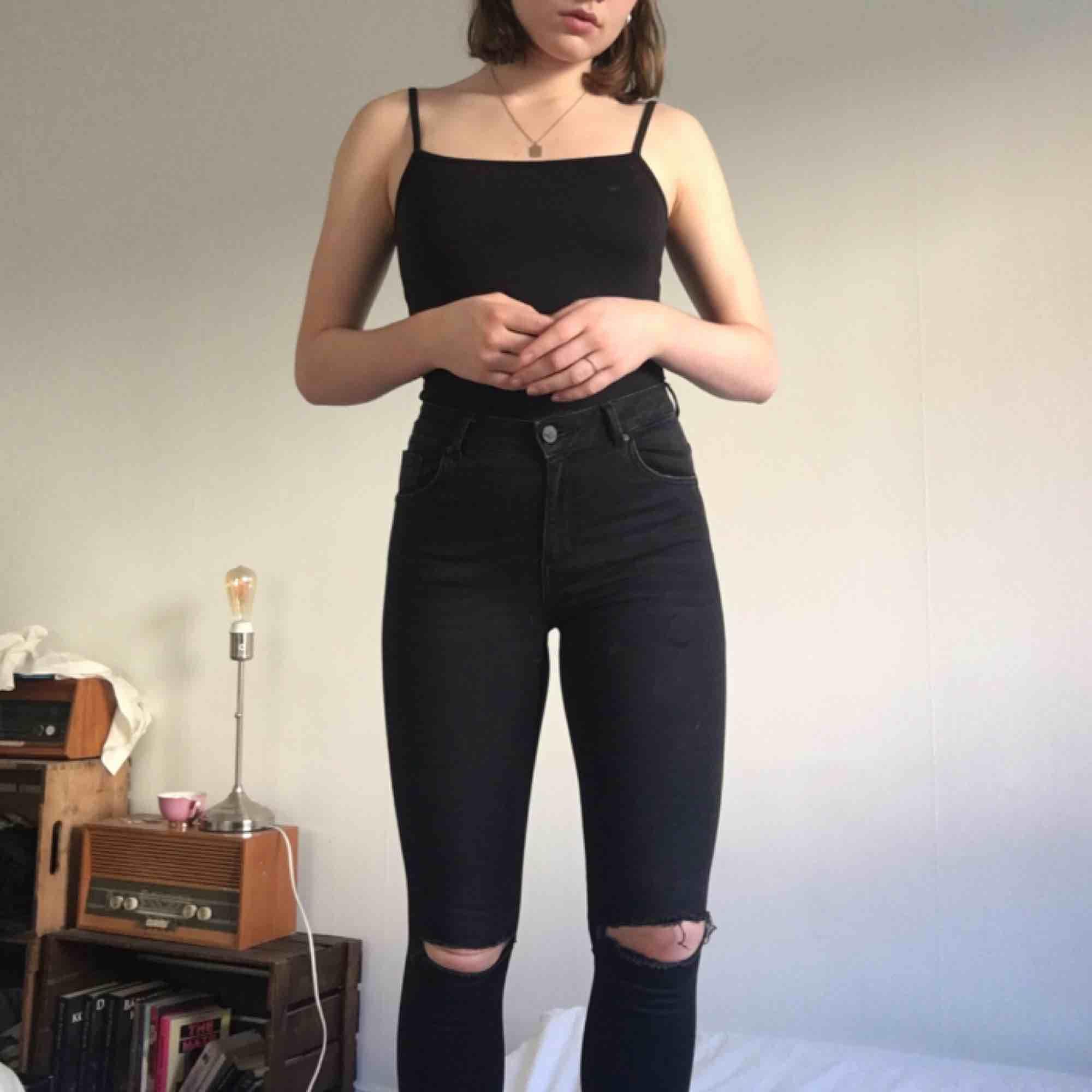 högmidjade, tighta, svarta byxor från BikBok!  stretchiga och supersköna ❤️köpare står för frakt❤️. Jeans & Byxor.