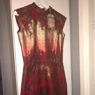 Säljer en helt ny klänning i stl 34 från det svenska märket Valeri. Alla lappar sitter fortfarande kvar och säljs pga av att den är för liten.  Köpt från deras butik på NK i Stockholm. Passar perfekt nu till alla julfester och nyår.   Nypris 3295 kr
