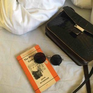 mellanstora runda glasögon ❤️svarta glas och silvrig kant samt silvriga bågar❤️ köpare står för frakt!