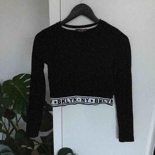 En jättefin långärmad svart tröja! Den är lite kortare men tycker det är jättefint!🌺 köparen står för frakt