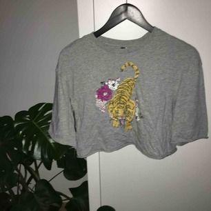 En kortare lite oversized tshirt! Jag tkr denna är jättefin men den har inte kommit till användning!🦁köparen står för frakt