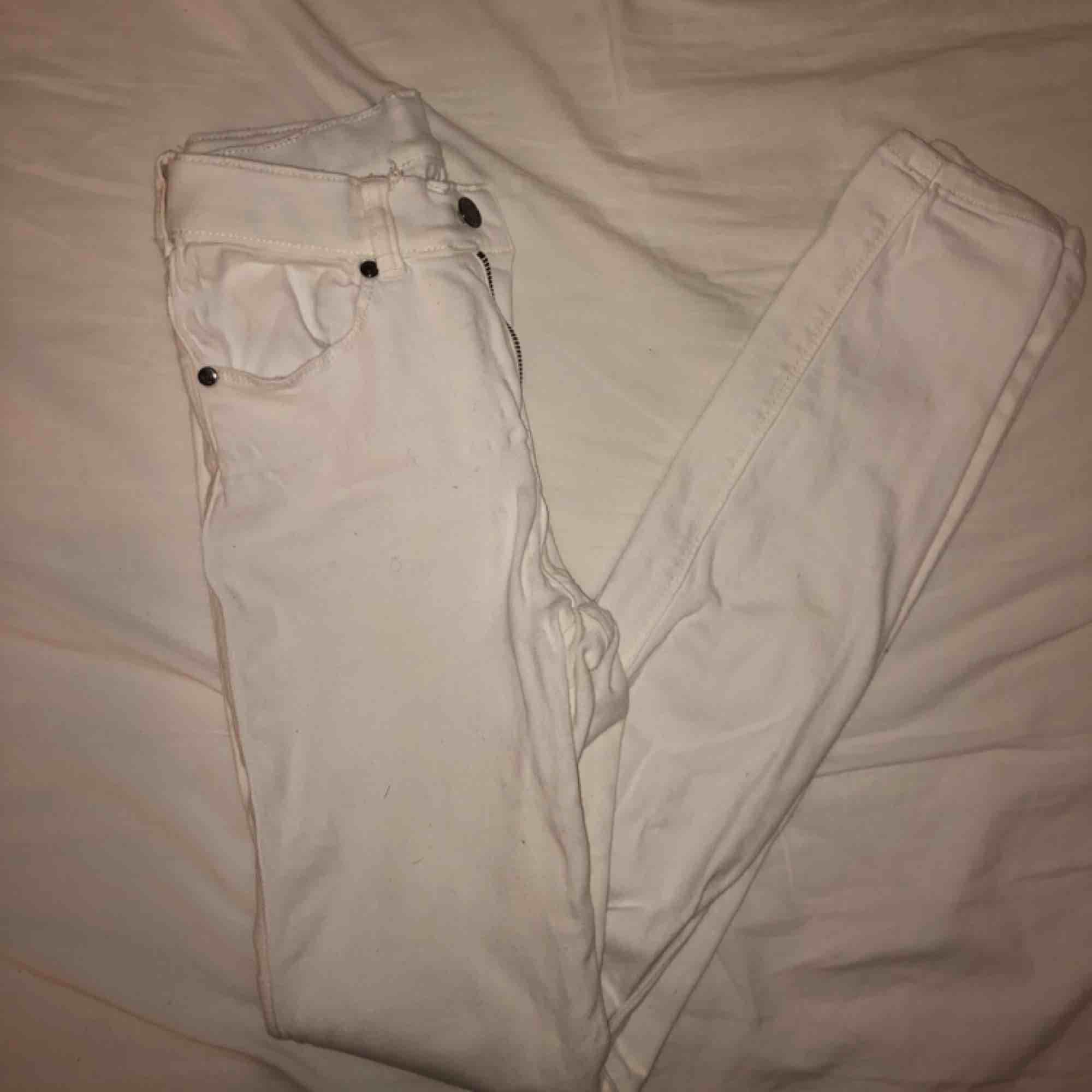 Nya vita jeans från dr denim, endast använda 1 gång så inga fläckar eller skador. Jeans & Byxor.