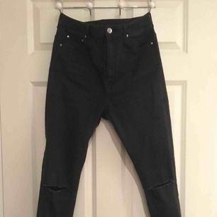 skitsnygga svarta jeans men hål på båda knäna och slitningar i slutet