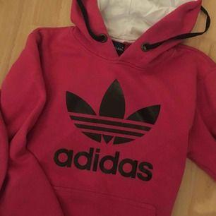 Rosa adidas hoodie. Använd 2 gånger, säljer för att jag aldrig använder den☺️