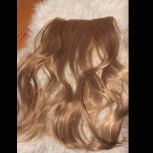 Fina blonda hair extensions, säljer då jag har bytt hårfärg. Köpt på någon sida som jag inte kommer ihåg namnet av. Var nog ca 250kr alltså inte jättedyrt. Använt 1 gång. Mötes upp i Värnamo eller fraktar för +19kr 🌹