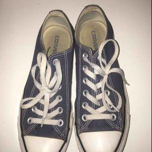 Varsamt använda, marinblå färg. Lite nötningar men det syns inte speciellt mycket när skona är på. Möts i Stockholm, vid frakt behöver köparen själv betala frakten🤗