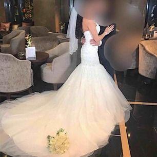 Brudklänning köpt från märket Mary's. Säljer både underkjolen och slöjan tillsammans med klänningen